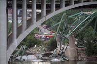 Bridge_collapse_by_poppyseed_band_2